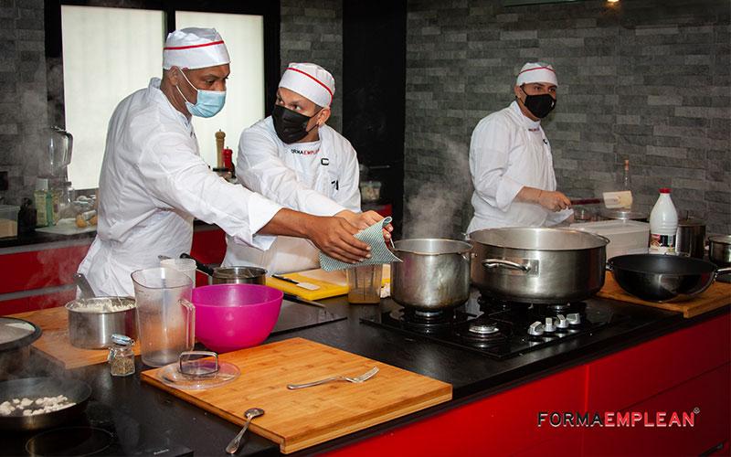 alumnado del curso de ayudante de cocina practicando en la escuela de hostelería