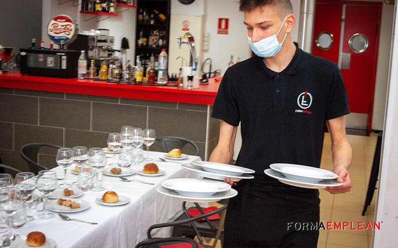 alumno del curso de camarero practicando en la escuela de hostelería